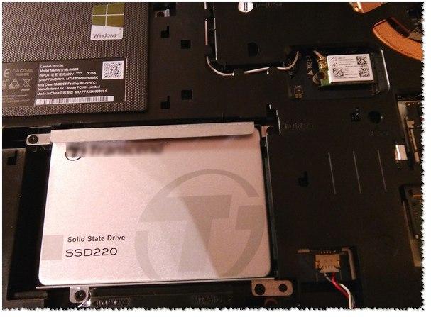 SSD установлен, ставим защитную крышку, аккумулятор и включаем ноутбук