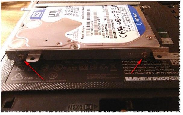 Снимаем салазки с HDD и ставим их на SSD