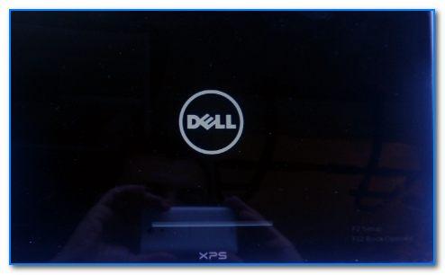 Логотип Dell, появляющийся сразу после включения ноутбука