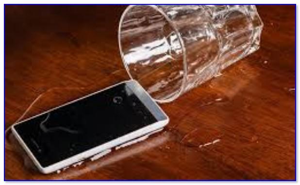 На телефон опрокинулся стакан с водой